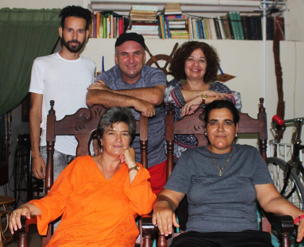 """Masiel Mateos, su pareja y realizadores de Alas Tensas durante la filmación del audiovisual """"Ellas toman café""""."""