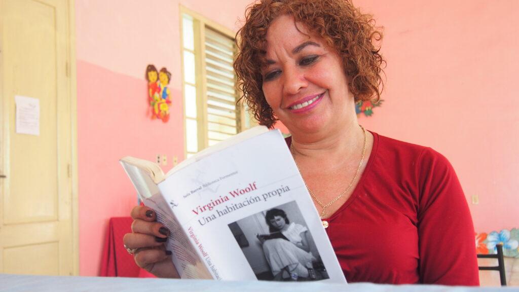 """Ileana Álvarez presenta el libro """"Una habitación propia"""" de Virginia Woolf."""