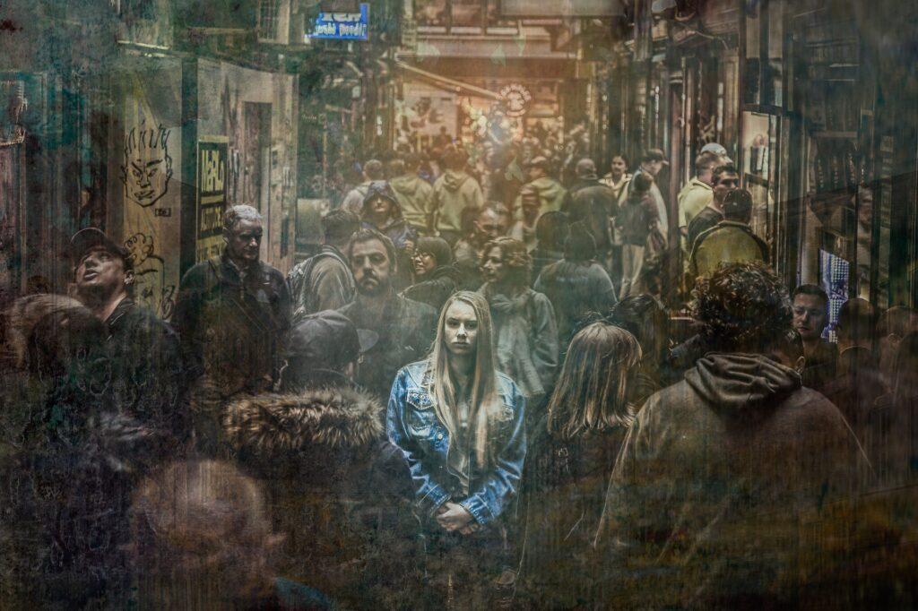 Muchacha en medio de multitud oscura.