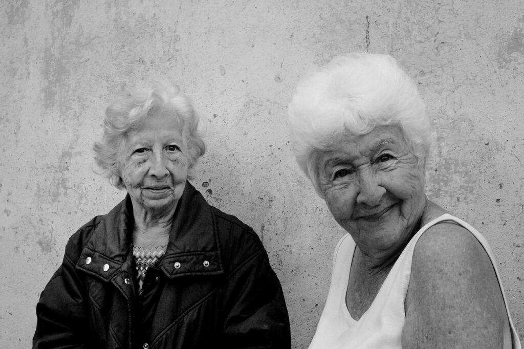 Dos ancianas sonríen.