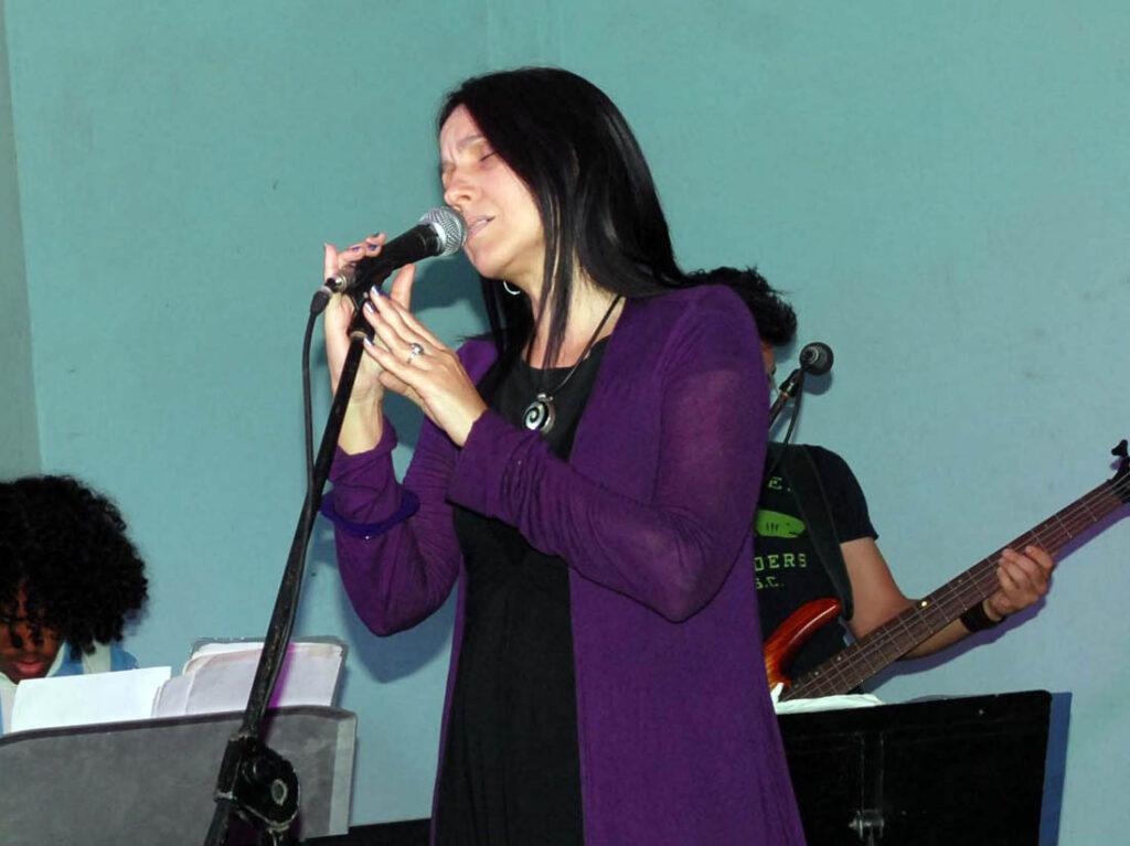 Cantante cubana Rochy Ameneiro canta vestida de morado.