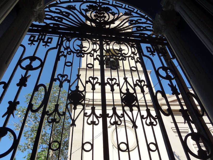 Reja de una gran puerta en Cuba.