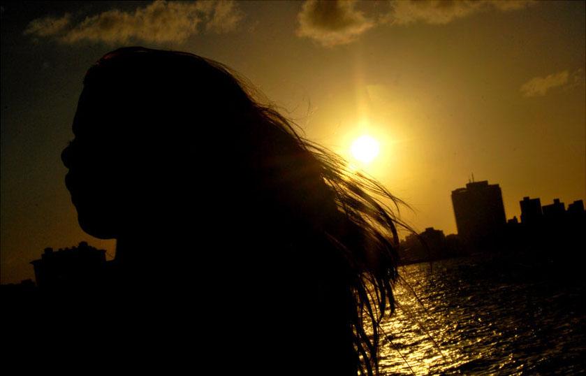 Silueta de una mujer de cabello largo en la bahía de La Habana.