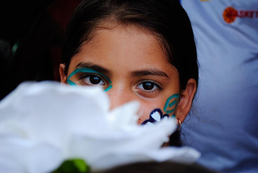 Una niña con la cara pintada.
