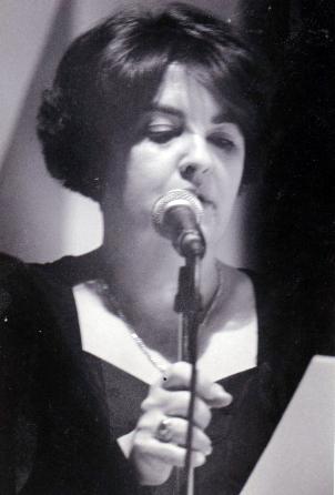 Foto de poetisa Maya Islas en su juventud recitando su poesía.