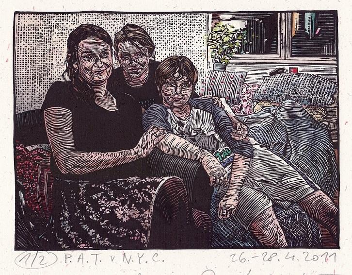 Grabado de tres mujeres sentadas en un sofá.