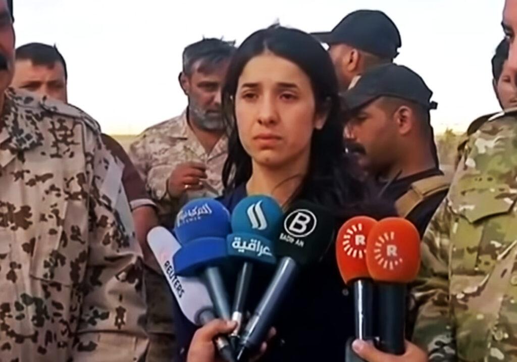 Nadia Murad al volver a su pueblo, tres años después de ser secuestrada por el ISIS (Estado Islámico).