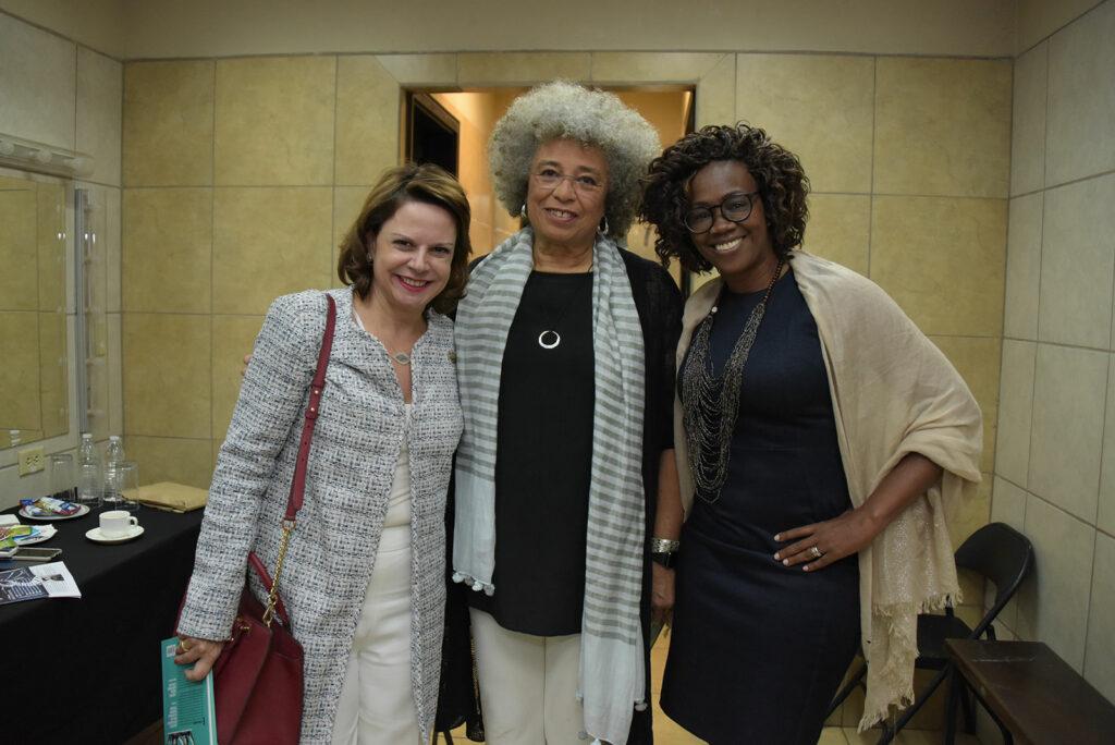 Angela Davis (centro), junto a la Vicepresidenta electa de Costa Rica, Epsy Campbell (derecha), y la actual Vicepresidenta del país, Ana Helena Chacón, en la Universidad de Costa Rica.