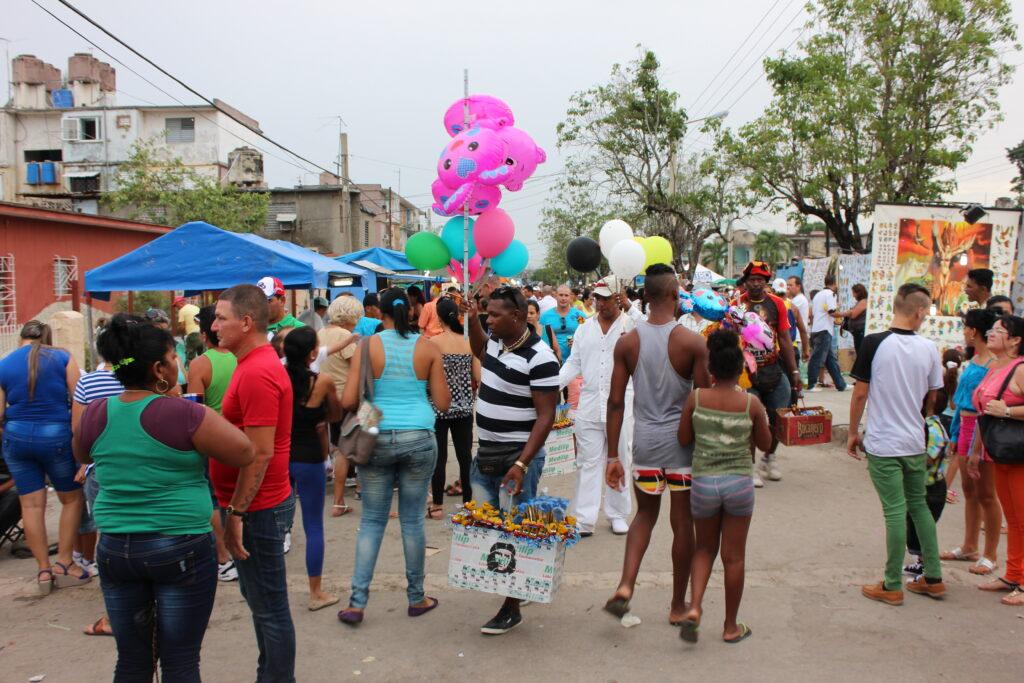 Multitud en fiesta popular en Cuba.