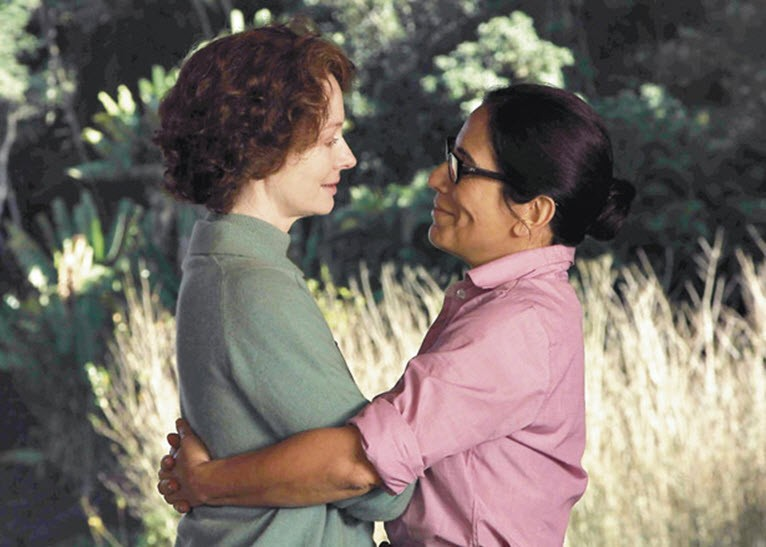 Dos mujeres, actrices, se abrazan.