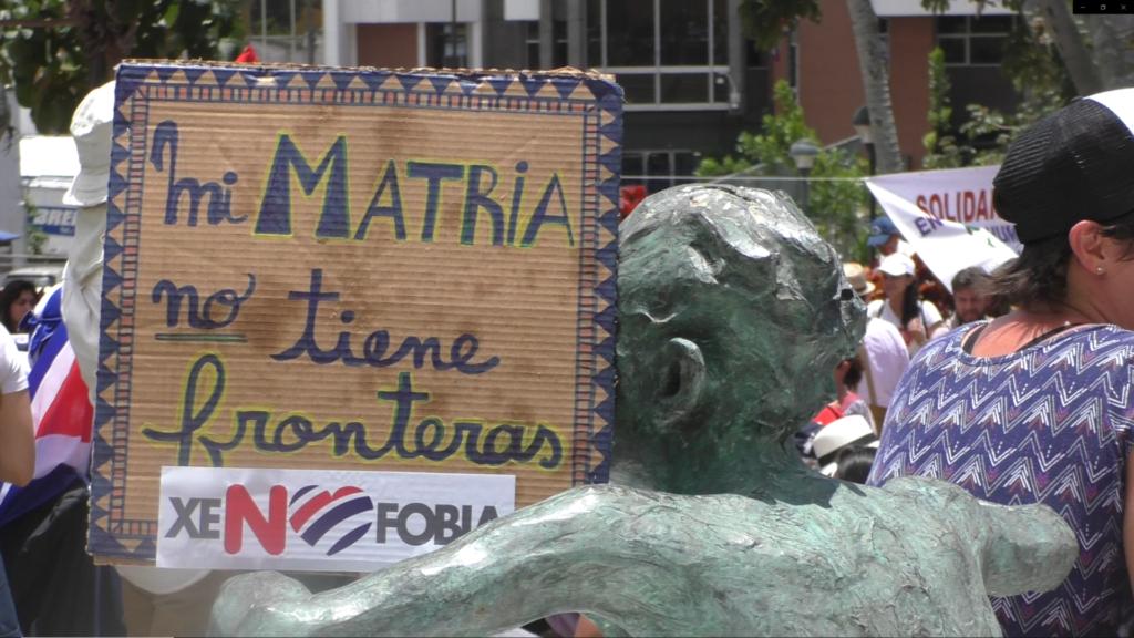 """Cartel de una manifestación popular en que se puede leer: """"Mi Matria no tiene fronteras""""."""