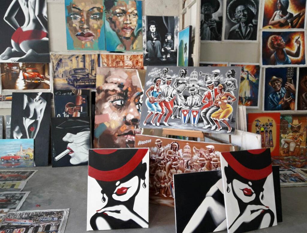 Venta de pinturas al turismo en La Habana. Uso de la figura femenina.