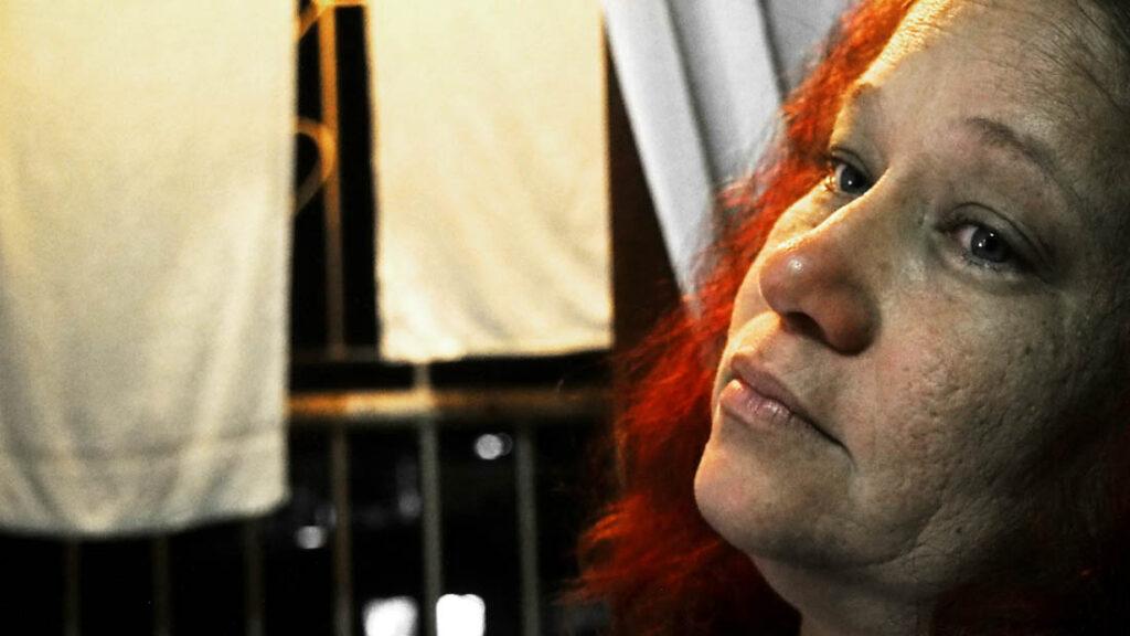 Mujer de pelo rojo con la vista perdida.