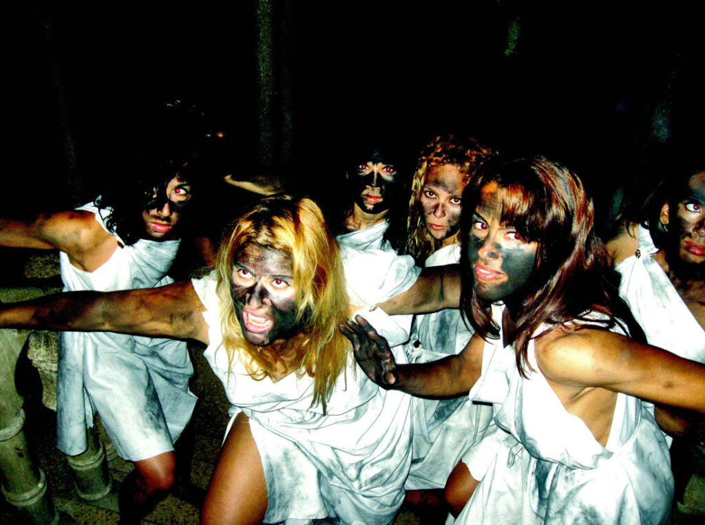 Mujeres danzantes con las caras manchadas.