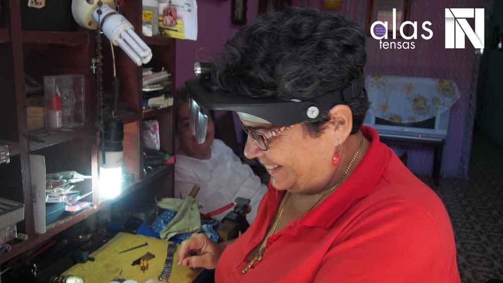 Watchmaker María del Carmen. Photo: Yaudel Estenoz.