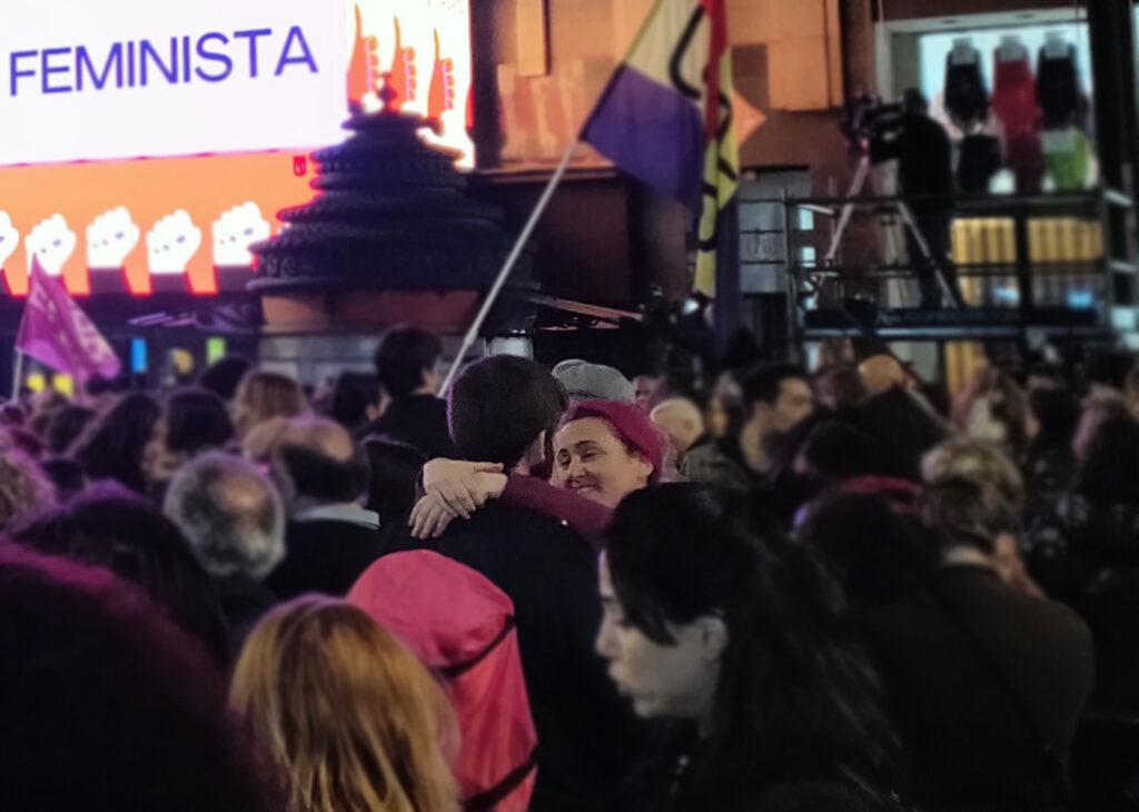 Intimidad amorosa en medio de marcha feminista. Foto: Francis Sánchez.