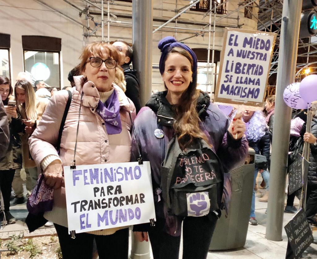 Madre e hija con lemas feministas. Foto: Francis Sánchez.