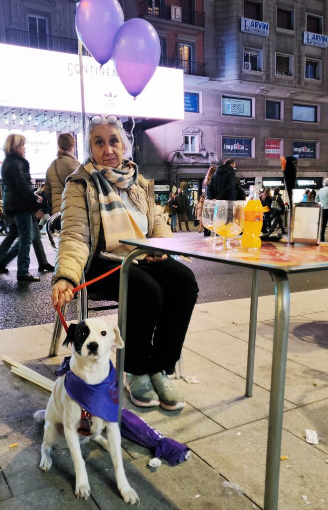 Abuela y su mascota feminista. Foto: Francis Sánchez.