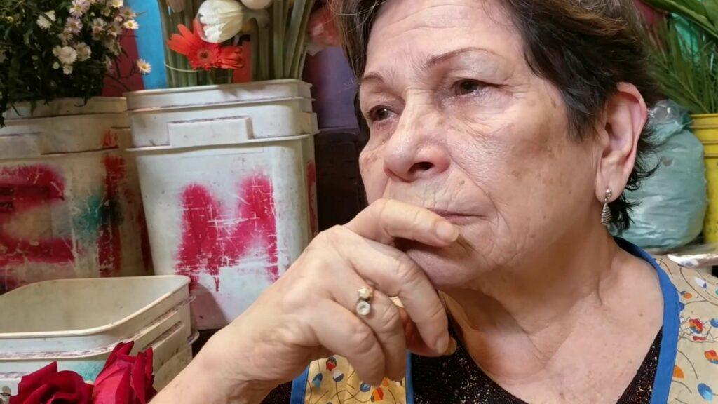 """Mujer vendedora de flores. Fotograma de """"Calas"""", audiovisual de Oneyda González."""