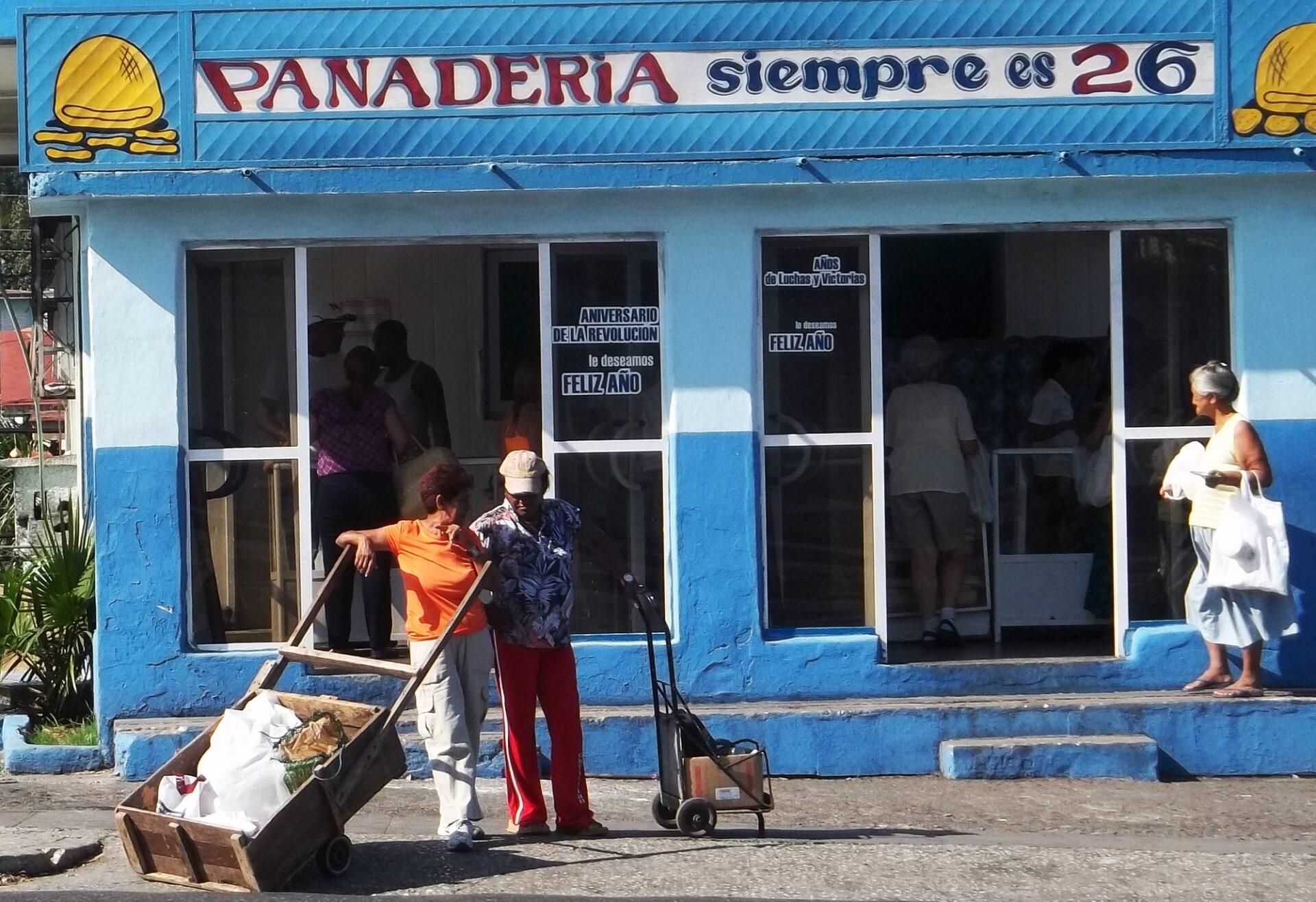 Mujeres con carros rústicos frente a panadería en Cuba. Foto: Francis Sánchez.
